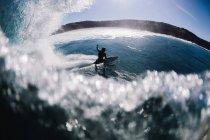 Man surfing barrel wave - foto de stock