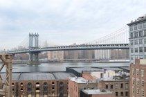 Puente de Manhattan durante el día - foto de stock