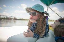 Chica acostada en el barco en la sombra - foto de stock