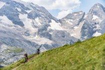 Man and woman on mountain bikes racing — Stock Photo