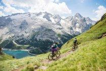 Mann und Frau auf dem Mountainbike racing — Stockfoto