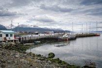 Barcos atracados en el puerto - foto de stock