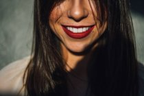 Femme souriante avec rouge à lèvres — Photo de stock