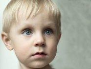 Ritratto di ragazzo con gli occhi azzurri — Foto stock