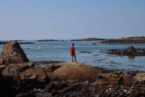 Жінка, стоячи на скелі — стокове фото