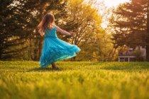Jeune fille en robe tournoyer autour de — Photo de stock