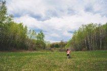Mädchen steht auf einer Wiese — Stockfoto
