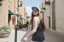 Frau läuft durch Stadt — Stockfoto