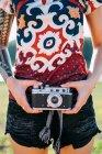 Donna con il tatuaggio che tiene macchina fotografica d'epoca — Foto stock