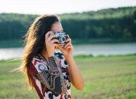 Женщина с татуировкой фотографирует — стоковое фото