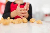 Gros plan du garçon faire des cookies dans cuisine — Photo de stock
