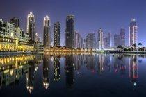 Vista da cidade com o edifício Burj Khalifa, à noite, Dubai, Emirados Árabes Unidos — Fotografia de Stock