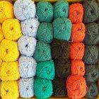 Vista aérea de bolas de colores de lana - foto de stock