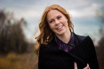 Ritratto di donna bionda sorridente all'aperto — Foto stock