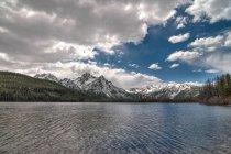 Вид озера гор, развития национального лесного хозяйства, Айдахо, США — стоковое фото