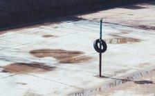 Campo sportivo pubblico abbandonato e pozzanghere d'acqua, Gimpo, Corea del Sud — Foto stock