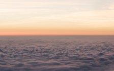 Nuages pelucheux vus du mont fuji au lever du soleil, Japon — Photo de stock