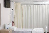 Leere Krankenhausbett auf Spitalabteilung — Stockfoto