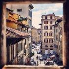 Vista panoramica di Street vista attraverso la finestra — Foto stock