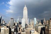 Malerischen Blick auf Empire State Building bei Sonnenlicht, ny, Vereinigte Staaten — Stockfoto