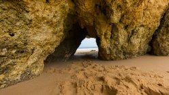 Arco natural em rochas na praia, Guia, Faro, Portugal — Fotografia de Stock