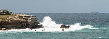 Malerischer Blick auf krachende Wellen gegen Felsen, Bondi Beach, New South Wales, Australien — Stockfoto