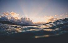 Surface de l'eau de l'océan au coucher du soleil, Hawaï, Amérique, USA — Photo de stock