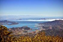 Vista lejana de la ciudad de San Francisco vista desde el monte Tamalpais, California, EE.UU. - foto de stock