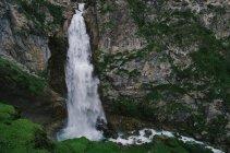 Мальовничий краєвид з величним водоспадом — стокове фото