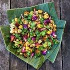 Indischer Blumenkohl mit Curry und Nigella über Holztisch — Stockfoto