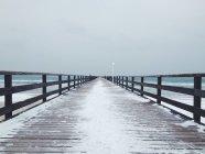 Vue panoramique de la jetée couverte de neige en hiver — Photo de stock