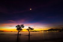 Indonesia, Sumatra, Dusk at Nirwana Beach near Teluk Bayur Harbor — Foto stock