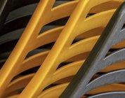 Vue rapprochée des chaises en plastique empilés — Photo de stock