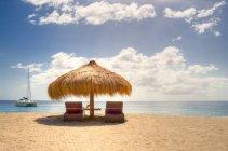 Вид зонтик и шезлонги на песчаном пляже, Сент-Люсия, пляж Anse Chastanet — стоковое фото