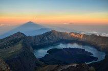 Живописный вид на гору Rinjani с Segare Анак озера на фоне, Индонезия, Западная Нуса Тенггара — стоковое фото