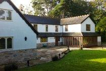 Vista panoramica su Country house e giardino, Brockenhurst, New Forest, Hampshire, Inghilterra, Regno Unito — Foto stock