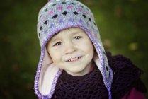 Портрет усміхнений дівчинка носіння з малюнком капелюх — стокове фото
