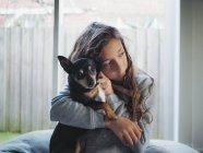 Mädchen Chihuahua Hund kuscheln und auf der Suche nach seitwärts — Stockfoto