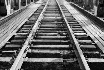 Vista elevata di binario ferroviario abbandonato in bianco e nero — Foto stock
