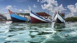Три лодки на якорь на пляже, остров Белитунг, Индонезия — стоковое фото