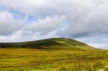 Живописный вид на сельский ландшафт, остров Скай, Шотландия, Великобритания — стоковое фото
