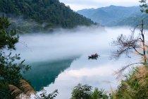 Мальовничий вид на традиційні човні по річці, Ченьчжоу провінції Хунань, Китай — стокове фото