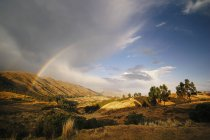 Живописный вид радуги в Куско, Перу — стоковое фото