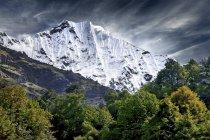 Живописный вид горного хребта Гималаи, Непал — стоковое фото