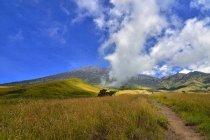 Мальовничий вид на Rinjani гору під хмарного неба, Нуса-Тенгара Вест, Індонезія — стокове фото