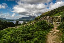 Pfad und ein Tor mit Berg- und Seeblick, Derwentwater, Lake District, Cumbria, England, Uk — Stockfoto