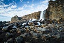 Vue panoramique sur la belle cascade, Parc National de Pingvellir, Islande — Photo de stock