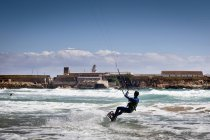 Man kitesurfen, los lances strand, tarifa, andalucia, spanien — Stockfoto