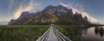 Vista panoramica della passerella in legno, Sam Roi Yot, Thailandia — Foto stock