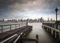 Scenic view of Manhattan skyline seen from the dock in Weehawken, New York, USA — Stock Photo